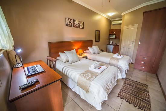 Klerksdorp, Sudáfrica: Twin room with two single beds, fully equipped with en-suite bathroom.