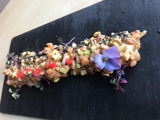 Algarinejo, Spanien: Pulpo con patata violeta ,tratar de salmón con aguacate .tataki crema de mango polvo de remolach