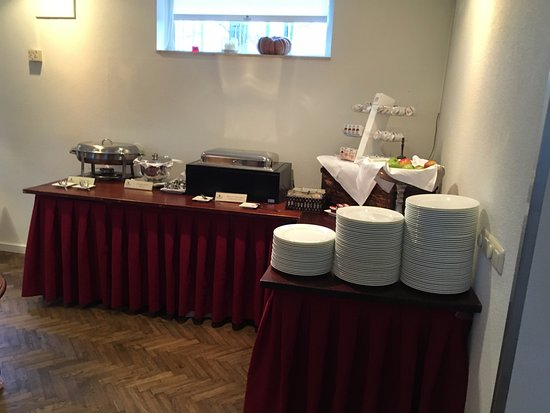 Hierden, Pays-Bas : Breakfast area. many variety of choises.