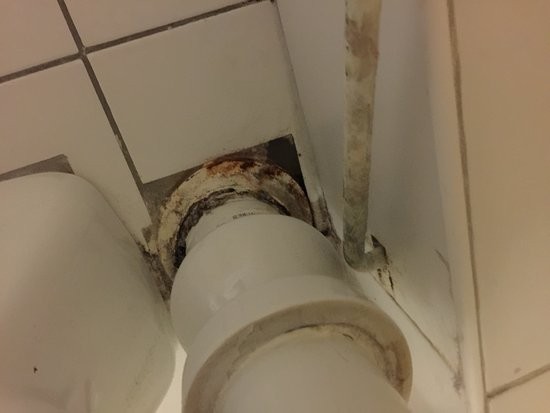 Chalet Hotel Moris: The make shift repairs to the plumbing probably contribute to the constant smell of sewage