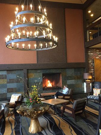 The Valley River Inn: Pleasant lounge in the lobby misses a chance for refreshment service