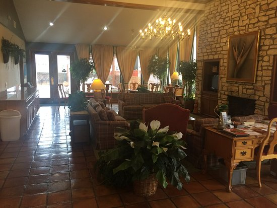Columbus, TX: Front desk/dining area