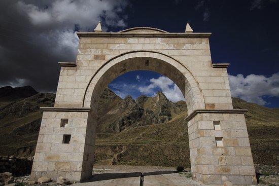 El Arco de Sibayo nos da la bienvenida o despedida dependiendo de como lo veamos.