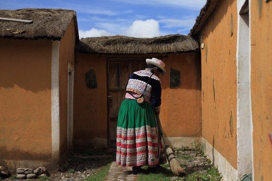 Sibayo, Peru: Doña Julia barre su casa en la cual me he estado hospedando.