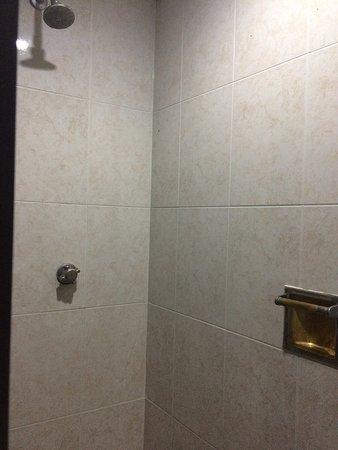 Hotel Ambassador Merida: Muy pequeño, pero mantiene lo básico. El clima muy ruidoso y tele antigua. Iré a buscar más opci