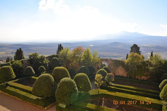 Pienza, Italie : vista del giardino dal primo piano del palazzo