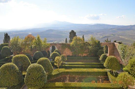 Pienza, Italia: vista del giardino dal primo piano del palazzo