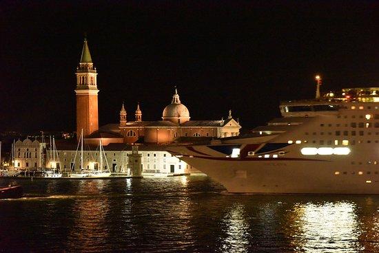 Hotel Danieli, A Luxury Collection Hotel: Le départ le soir de 2 ou 3 bateaux de croisières est vraiment impressionnant