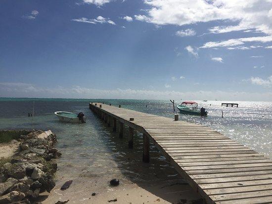 Caye Casa: Pier in front of hotel