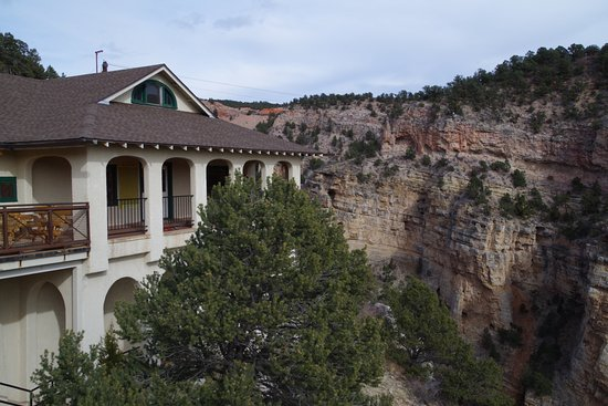 Manitou Springs, CO : View of souvenir shop and surroundings