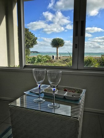 Breakfast on the Beach Lodge: Wine and snacks to greet you when you arrive!