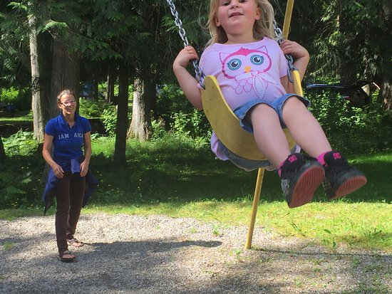Crawford Bay, Kanada: The swings at the playground