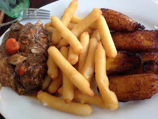 Kennesaw, Gürcistan: brown stew chicken with yucca fries and plantains