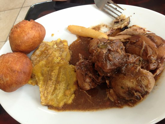 Kennesaw, Gürcistan: brown stew chicken with tostones (green plantain) and festival dumplings (fried bread)