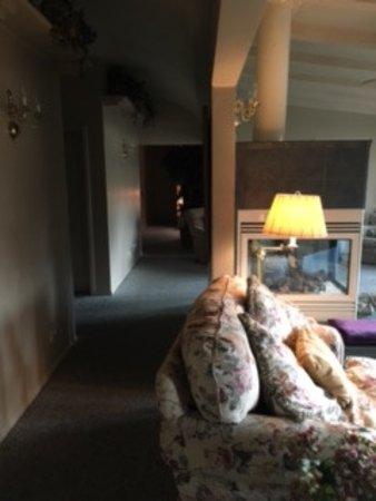 Joseph House Inn: Hallway to bedrooms.