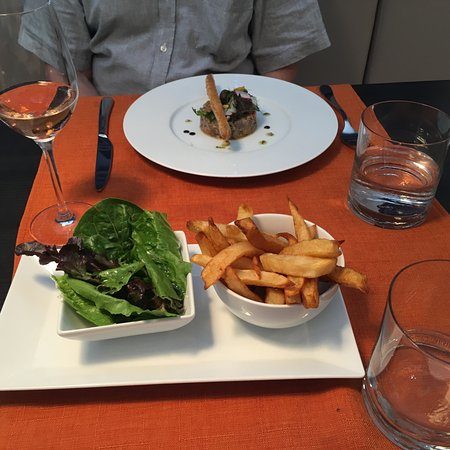 Cupecoy Bay, St. Maarten: Tuna tartare & smoked salmon with salad & frites, rose wine