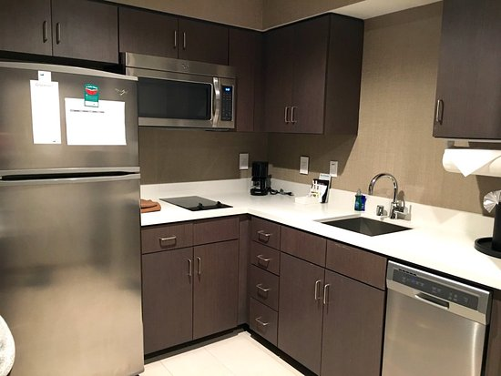 Irvine, Kalifornien: Brand new stainless steel appliances in kitchen and all you need to make a home-cooked meal