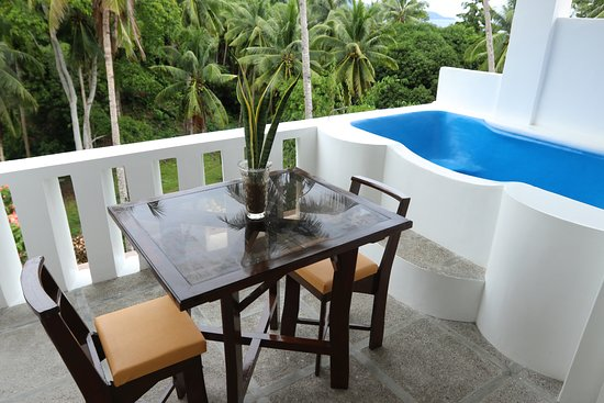 Guindulman Bay Tourist Inn: Honeymoon Suite Balcony and Outdoor Tub