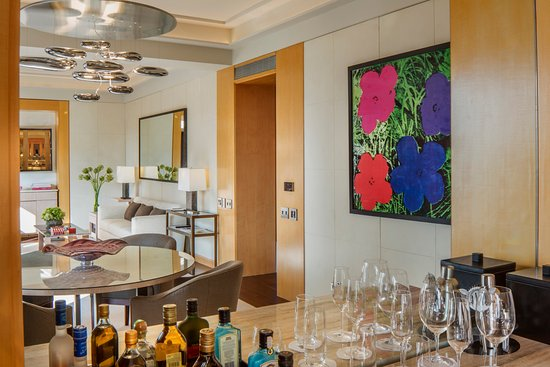 Four Seasons Hotel New York: Manhattan Suite Living Room   Wet Bar