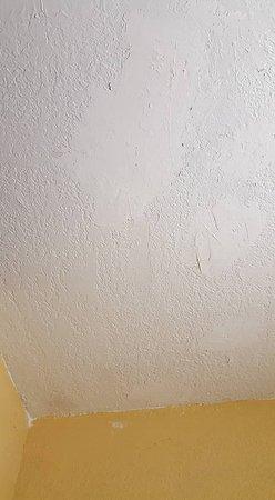 Days Inn Orlando/international Drive: super bad repair work in the room