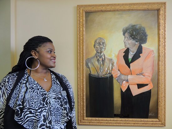 ‪‪Dothan‬, ألاباما: Our docent with picture of Visionary and Founder: Dr. Francina Williams‬