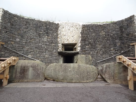 Donore, Irlanda: The entrance to the tomb