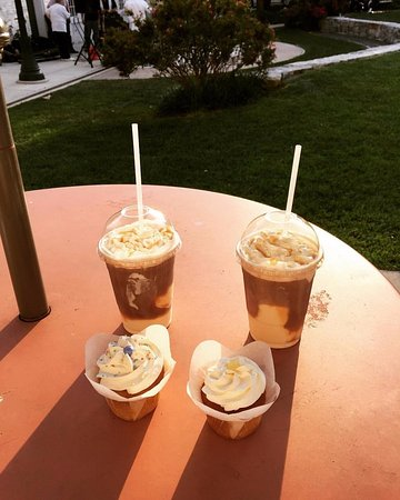 Martinsburg, WV: There is great outdoor seating! Root Beer Caramel Macchiato floats and delicous cupcakes!