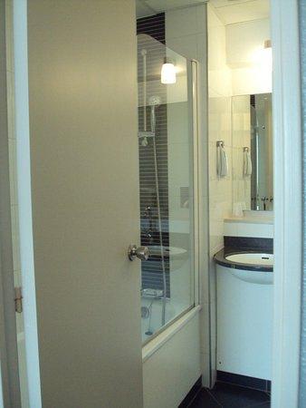 Ibis Styles Bordeaux Meriadeck : Baño de habitación doble estándar.