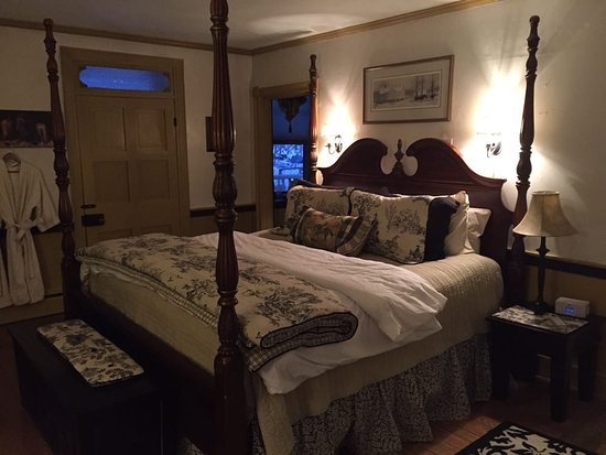 Fallen Tree Farm Bed and Breakfast: Beautiful antique and comfortable bed