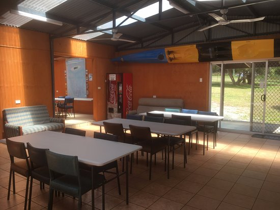 St Helens, Australia: Plenty of table and chairs! Great meeting place!