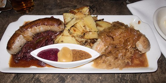Bragg Creek, Canadá: Sausage Duo House Made Sausages, Pan-Fried Potatoes, Sauerkraut