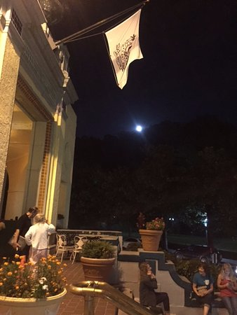 Arlington Resort Hotel & Spa: Hotel Arlington veranda at night time