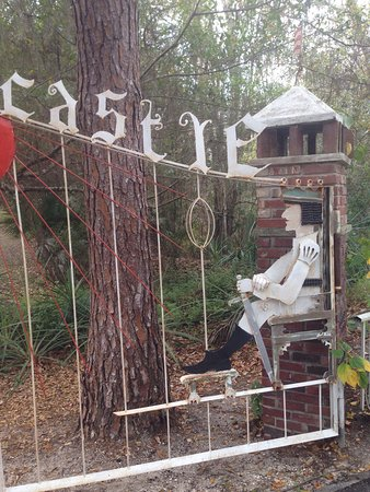 Ona, FL: Driveway gates, beer can art, coat hanger sculpture & stained glass windows