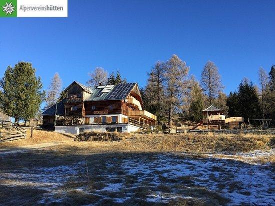 Rennweg, Austria: Außenansicht mit Spielplatz rechts