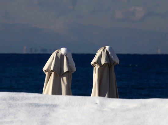 Voula, Grecia: Неожиданно выпал снег, это очень прикольно на пляже.