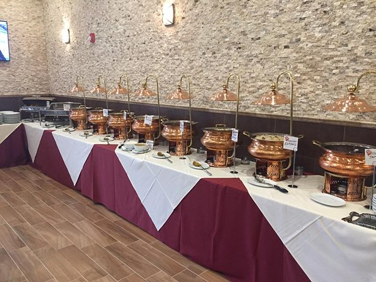 Parsippany, نيو جيرسي: LARGE BUFFET WITH VARIETIES OF MOUTH WATERING FOOD.