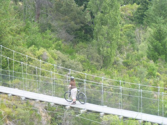 Arrowtown, Nueva Zelanda: Suspension bridge on Queenstown bike trail.