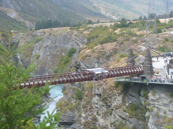 Arrowtown, Nya Zeeland: Bungy jumping off Kawerau River Bridge - along bike trail.