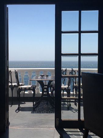 Camps Bay, Sudáfrica: View thru the door of the leopard lounge