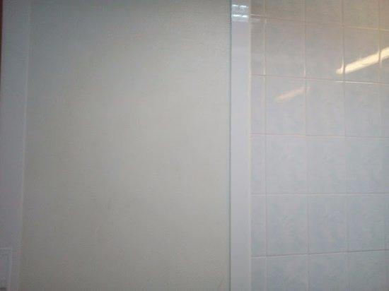 Central Hotel: questo ti ritrovi a 1 metro dal naso seduta sul wc, lottando per aver la luce accesa