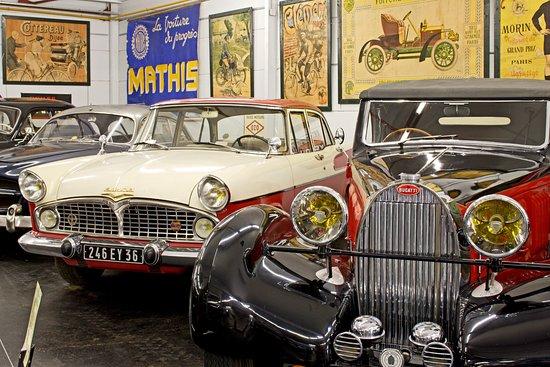 Valençay, France : Bugatti type 57 de 1936 et Simca Chambord de 1960