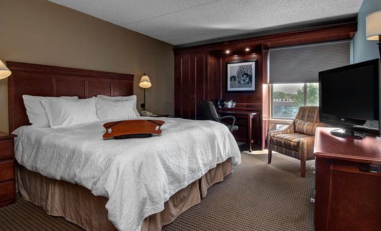 West Des Moines, IA: 1 King Bed Smoking Room