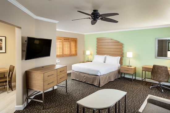 Holiday Inn Express La Jolla : Enjoy the suite complete with dining nook and sofa sleeper