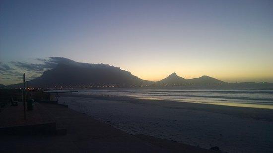 Milnerton, Sudáfrica: Table Bay mit Skyline bei Abendstimmung kurz nach Sonnenuntergang