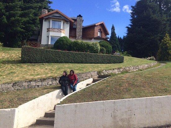 Villa Huinid Resort & Spa: Invista de una de las cabañas desde el frente por calle Bustillo.