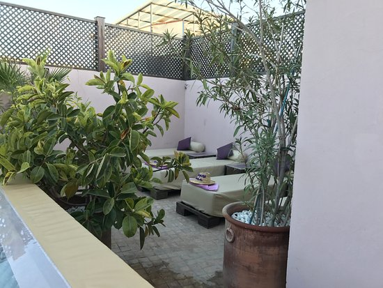 Riad Pourpre Medina: View of loungers on the lower terrace