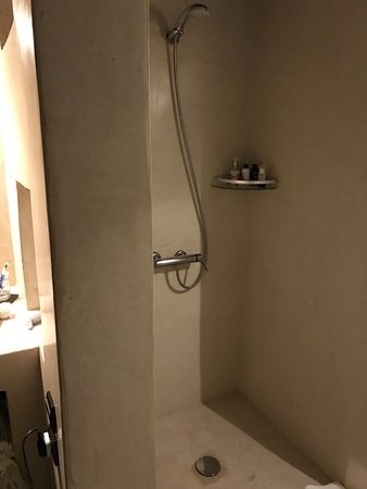 Riad Pourpre Medina: Ensuite with washbasin, walk-in shower and WC