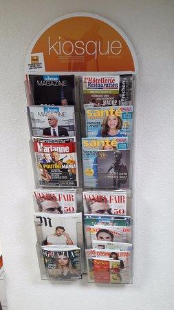 """Jaux, France : """"kiosque"""" journeaux"""