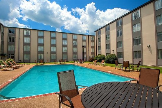 Sunset Hills, MO: Soak up some rays at our outdoor pool