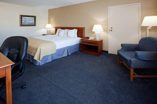 Port Washington, WI: King Bed Guest Room